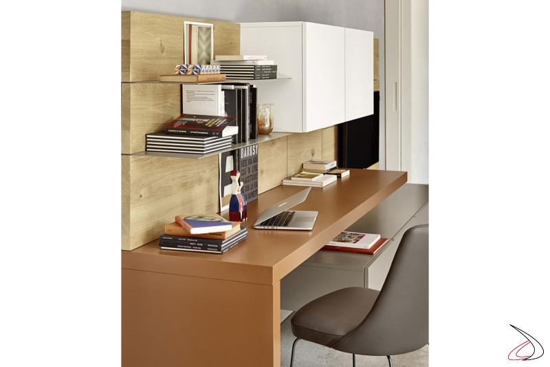 Parete soggiorno moderna con boiserie con mensole e piano scrivania