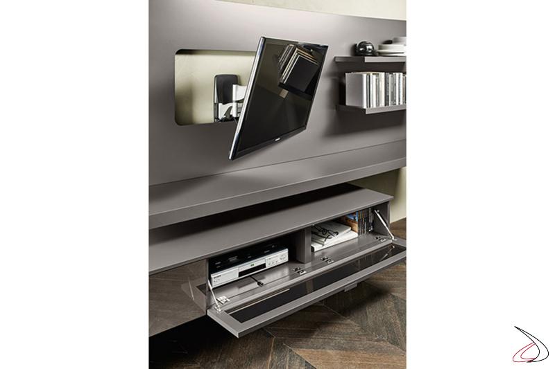 Mobile soggiorno con basi in vetro sospese e staffa porta tv allungabile e girevole