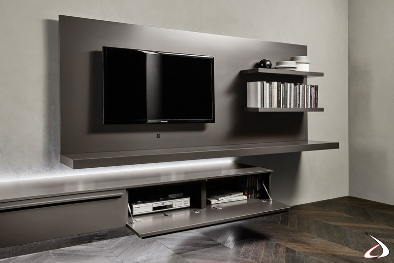 Soggiorno di design sospeso con luci led e pannello porta tv con mensole