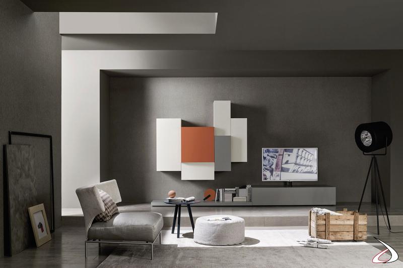 Parete soggiorno componibile con pianale e base a terra e pensili colorati in diverse profondità