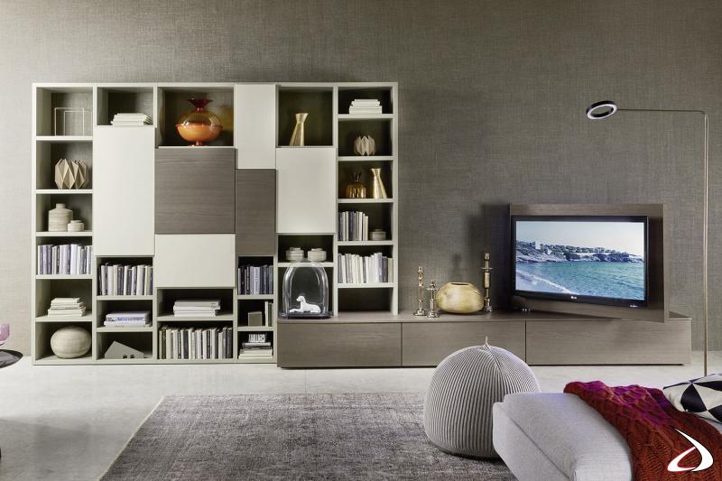 Soggiorno con libreria e basi cassetto con pannello porta tv orientabile