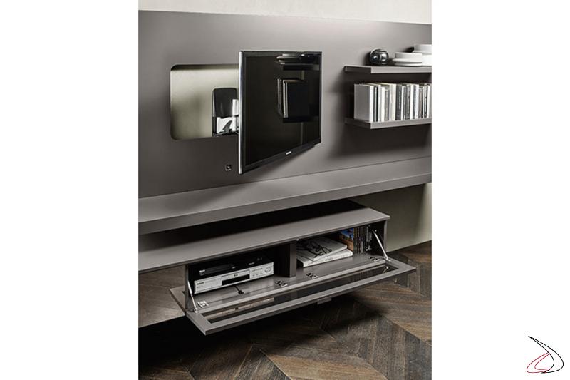 Parete soggiorno moderna con basi in vetro sospese e staffa porta tv girevole ed estensibile