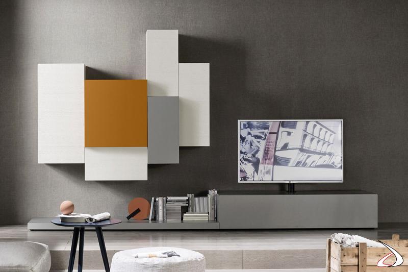 Mobile soggiorno componibile con pianale a terra, base con colonna tv girevole e pensili colorati.