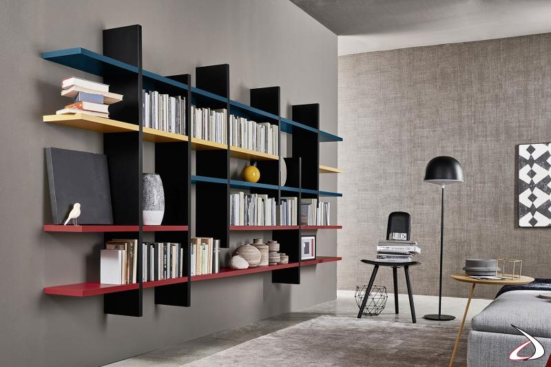 Libreria d'arredo componibile sospesa con ripiani e spalle colorate