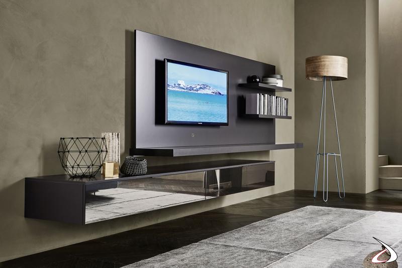 Parete soggiorno moderna con basi sospese in vetro e pannello tv con mensole