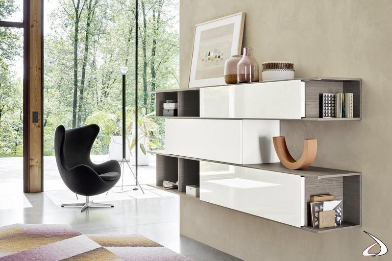 Libreria di design con ante scorrevoli in laccato lucido e struttura in impiallacciato rovere