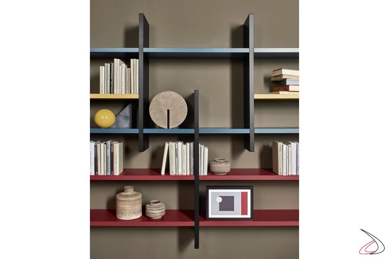 Libreria componibile di design con ripiani e divisori colorati in laccato opaco