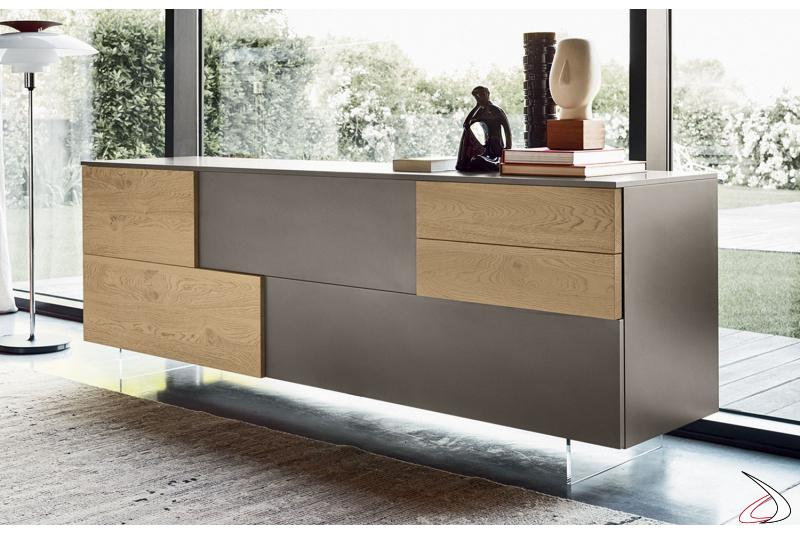 Madia moderna in legno con piedini alti trasparenti