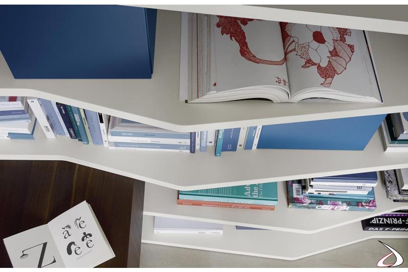 Ripiani sagomati con libreria soggiorno