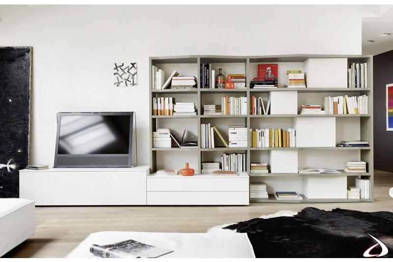 Parete soggiorno con libreria dalle linee sagomate