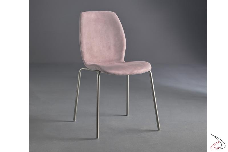 Sedia con gambe in acciaio verniciato e seduta in tessuto.