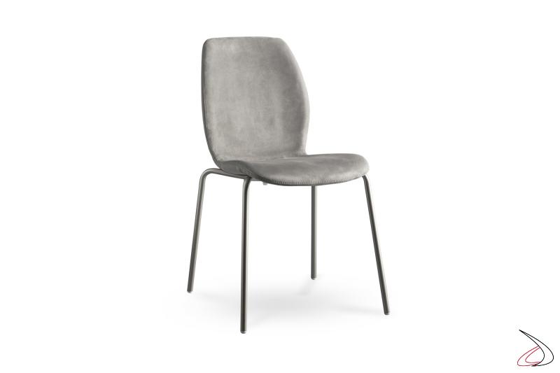 Sedia impilabile con struttura in acciaio e sedile rivestito in tessuto.