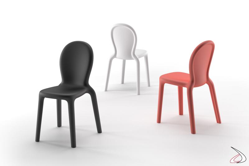 Sedie Chloè in polietilene nelle finiture bianco, corallo e nero perla.