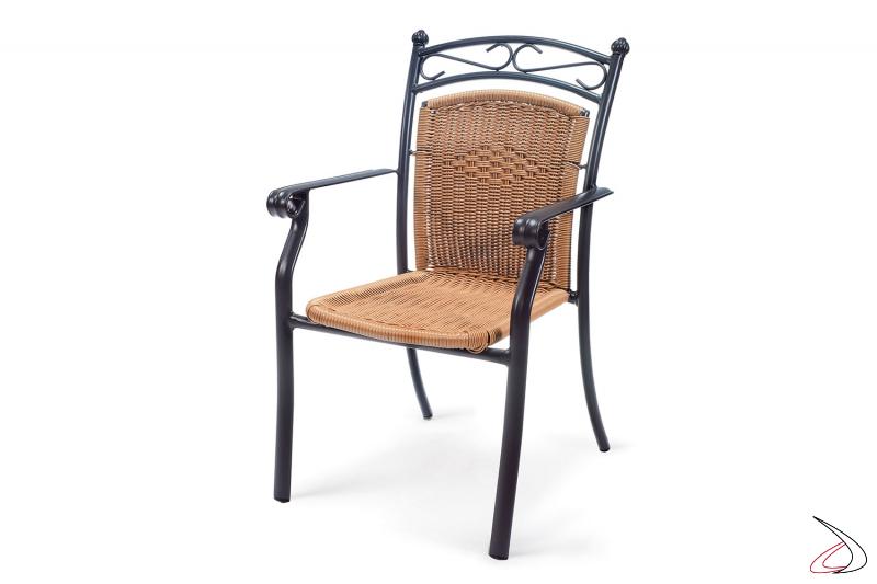 Sedia con particolare disegno da arredo esterno in colore avana