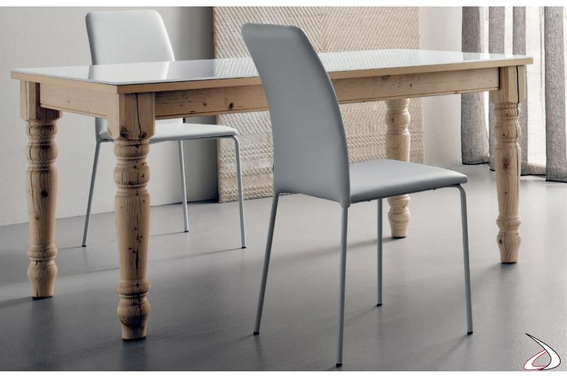 Sedia moderna da pranzo con gambe in metallo e seduta imbottita