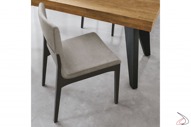 Sedia moderna in legno con seduta rivestita