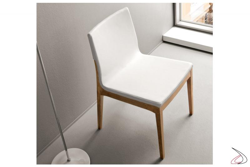 Sedia moderna in legno con seduta rivestita in ecopelle