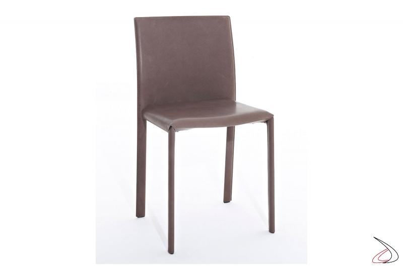 Sedia rivestita in pelle vintage con gambe sottili e schienale alto da soggiorno