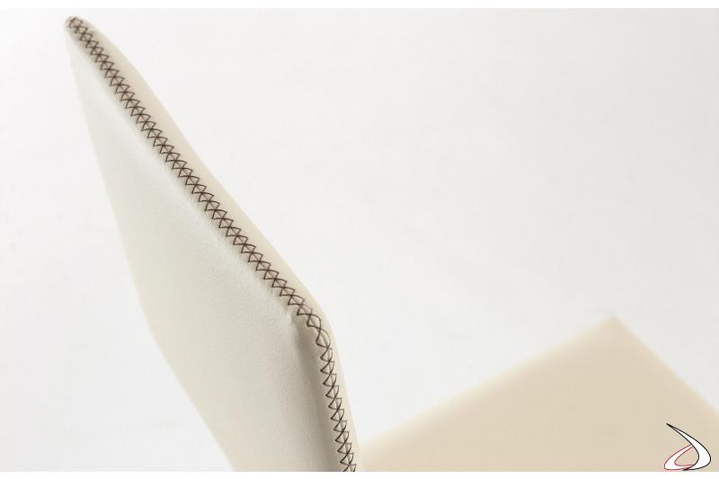Sedia moderna in ecopelle bianca con cuciture a vista