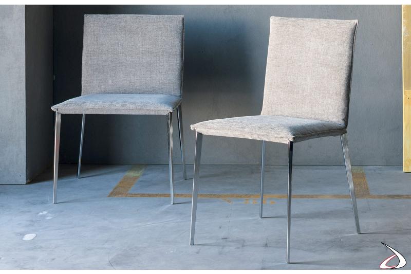 Sedia moderna con gambe in metallo e sedile imbottito