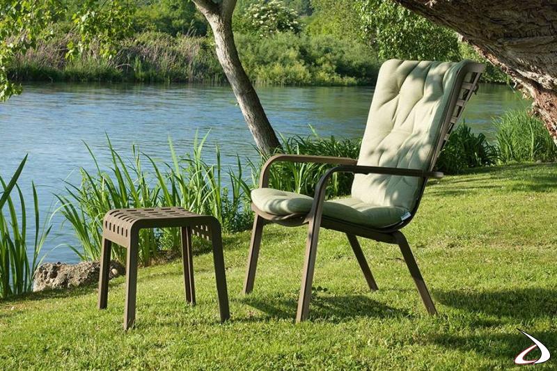 Sedia moderna Folio per giardino con sgabello e comodo cuscino