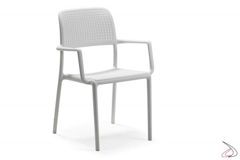 Sedia con braccioli in polipropile di colore bianco da esterno Bora