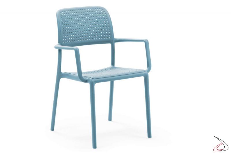 Sedia con braccioli in polipropile di colore celeste da esterno Bora