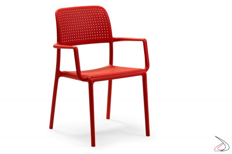 Sedia con braccioli in polipropile di colore rosso da esterno Bora