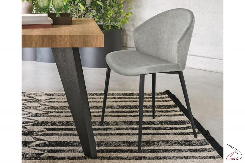 Sedia moderna elegante con schienale curvo imbottito e gambe in metallo