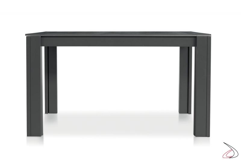 Tavolo di design piccolo con gambe in metallo e piano in nobilitato