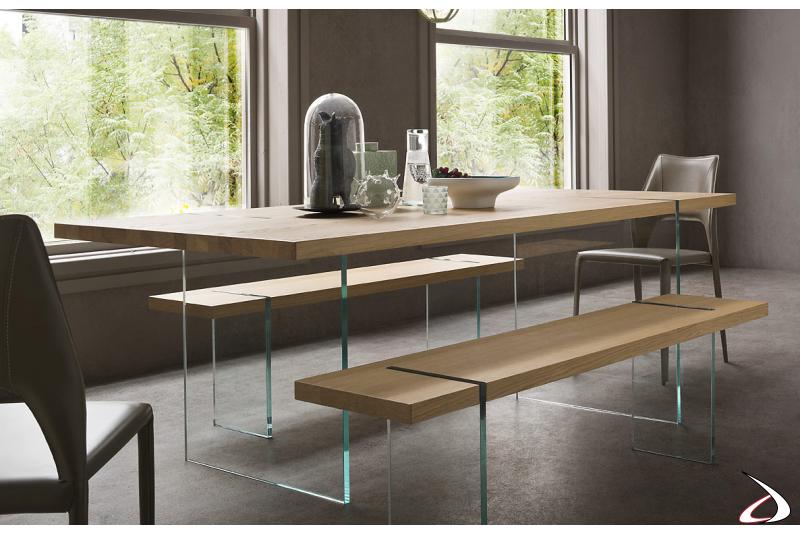 Tavolo moderno da soggiorno con gambe in vetro