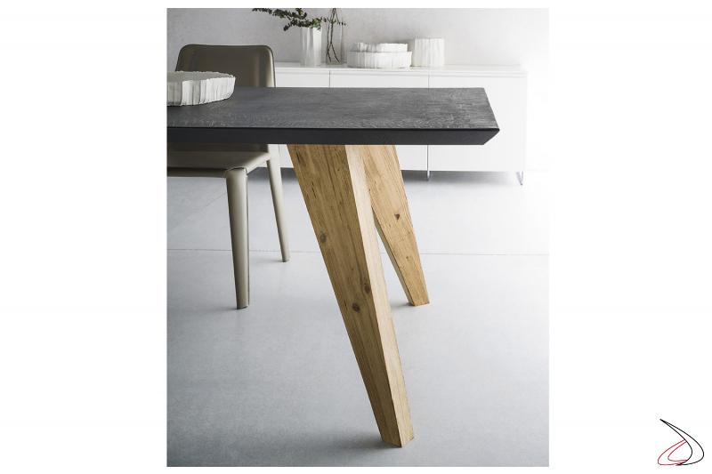 Tavolo allungabile con piano in ecomalta e gambe in legno