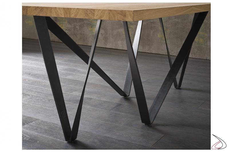 Tavolo con gambe in metallo a effetto intreccio