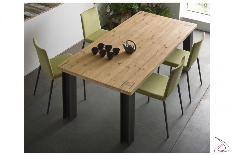 Tavolo in legno massello con gambe in acciaio