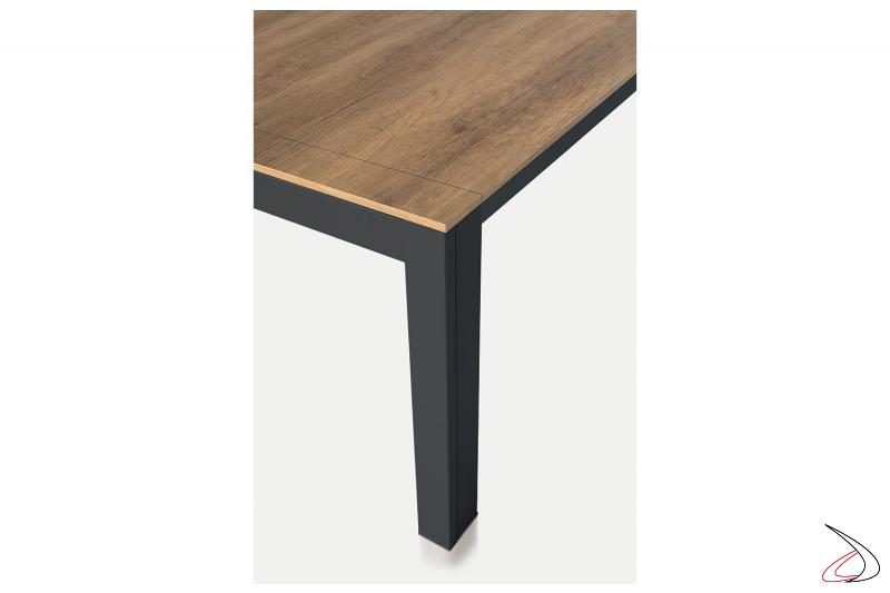 Tavolo di design allungabile con gambe in metallo verniciato
