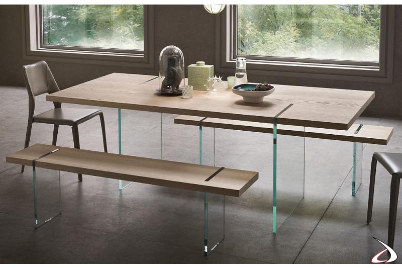Tavolo design con piano in legno e gambe in vetro