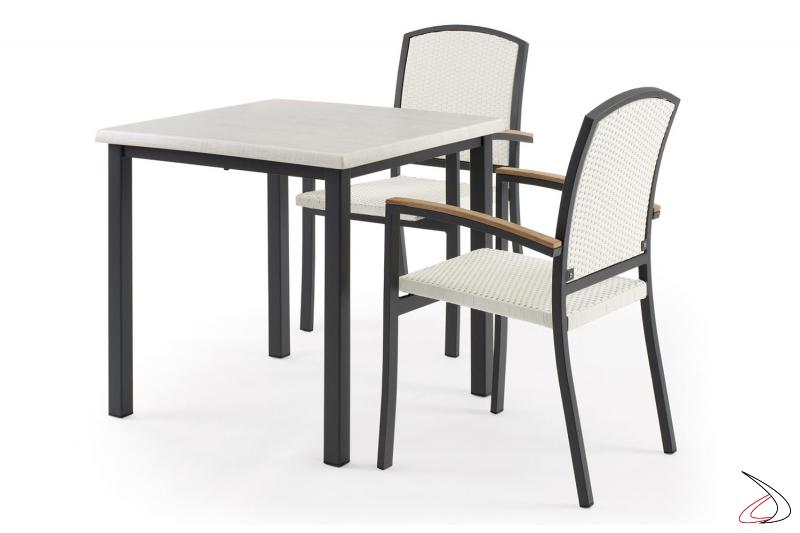 Arredamento da esterno con tavolo e sedie con ampio schienale in colore bianco