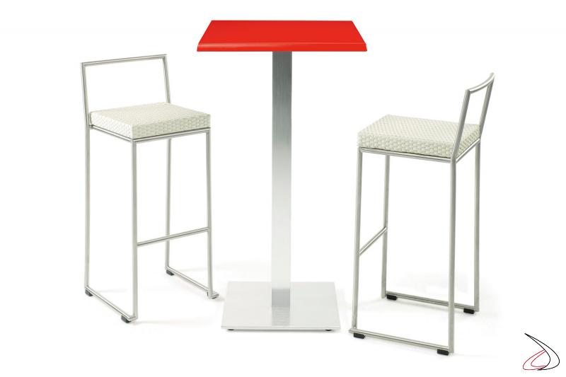Arredo bar con tavolo e sgabelli alti colore bianco