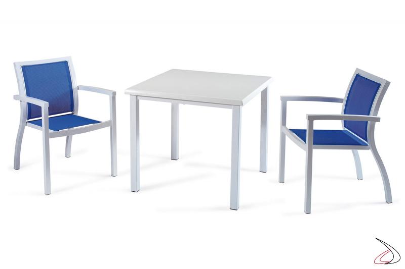Arredo da giardino esterno con tavolo e sedie azzurre