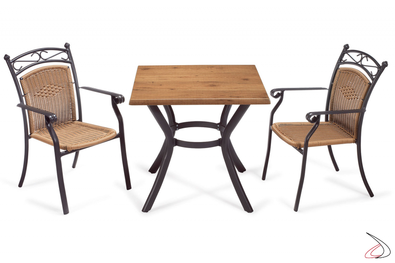 Arredamento da terrazzo con tavolo e sedie