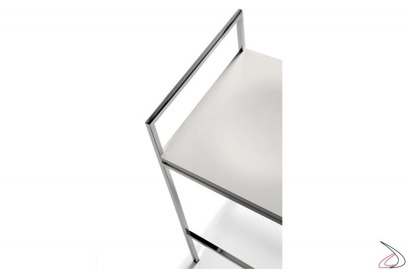 Sgabello con seduta in legno laccato e struttuta in metallo