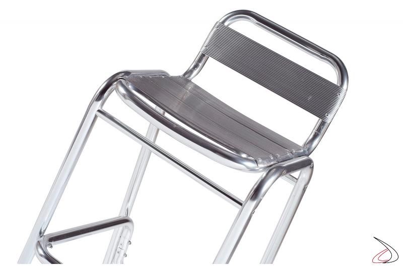 Sgabello con schienale e poggiapiedi a doghe in alluminio