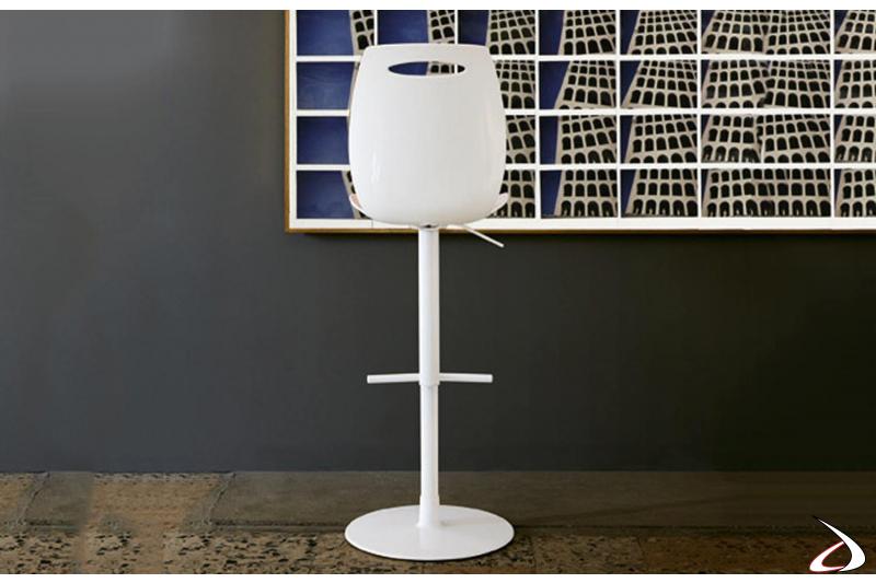 Sgabello modello regolabile in altezza con seduta in tecnopolimero e schienale alto