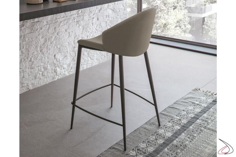 Sgabello alto moderno con seduta imbottita e schienale curvo avvolgente