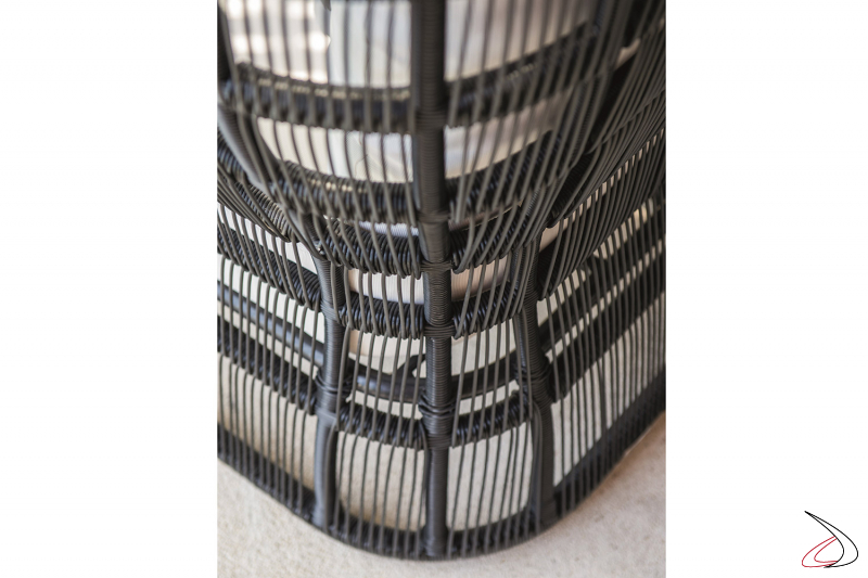 Poltrona di design con schienale alto realizzata in alluminio rivestito con fili in polietilene