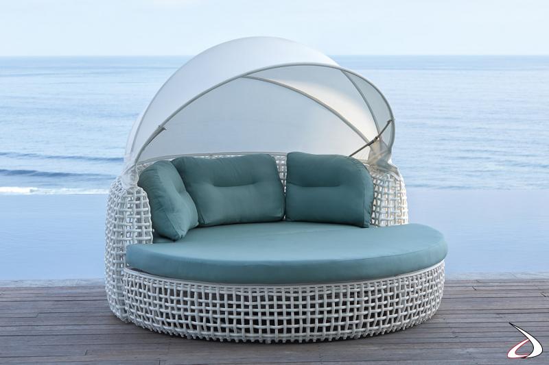 Daybed con capotta apribile di design da arredo esterno completo di cuscini e con pouf staccabile