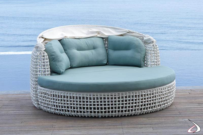 Daybed da arredo bordo piscina di design con cappotta apribile completo di cuscini e con pouf staccabile