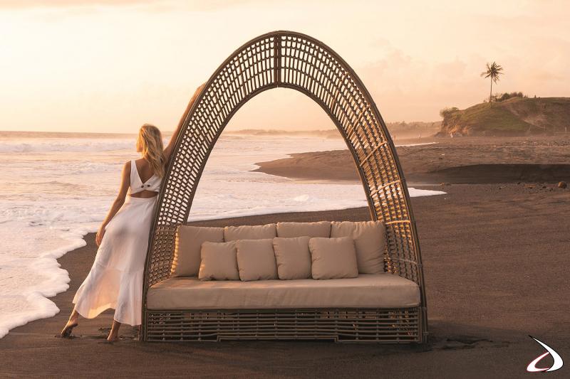 Daybed di design a forma di cupola con comodi cuscini e con struttura in vimini sintetico