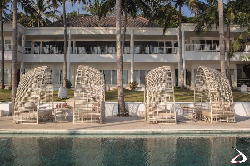 Daybed moderno da bordo piscina hotel con cuscini imbottiti