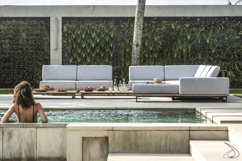 Divano componibile imbottito di design da bordo piscina con piedini in alluminio